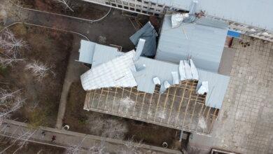 Photo of Что будет после дождичка в четверг со школой и другими зданиями с поврежденными крышами  в Корабельном районе? (Фото)