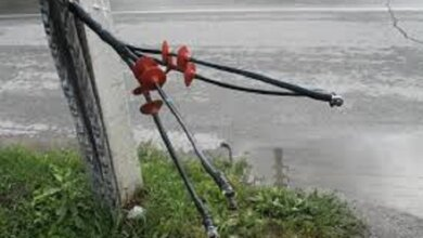 Photo of «Поки не трапилась біда», — мешканка Корабельного просить прибрати обірваний електропровід з вулиці