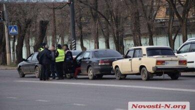 На светофоре на проспекте Богоявленском столкнулись сразу три автомобиля   Корабелов.ИНФО