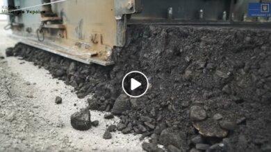 Photo of В Укравтодоре показали, как идет строительство бетонной трассы в Витовском районе (видео)
