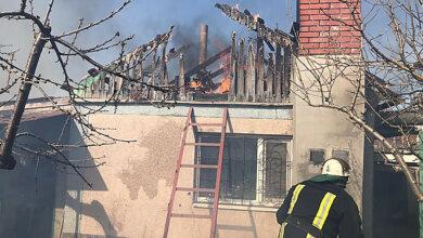 Photo of В Корабельном районе у пожилой хозяйки сгорела крыша частного дома