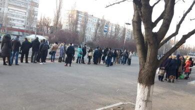 Карантин в Николаеве: на остановках - очереди; контролеров, не пускающих пассажиров, пытаются бить | Корабелов.ИНФО image 3