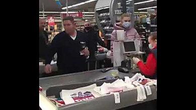 Мужчина, бросивший кассиру в лицо мелочь, извинился в полиции (видео) | Корабелов.ИНФО