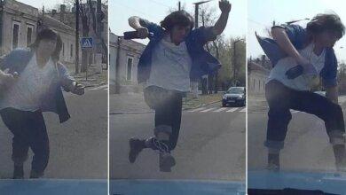 В Николаеве пешеход с разбега запрыгнул на капот автомобиля и помял ему крыло (видео)   Корабелов.ИНФО