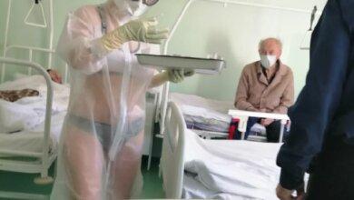Photo of Пациенты были не против: медсестра надела защитный костюм на купальник (фото)