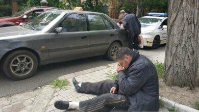 Photo of В Николаеве пьяный таксист уснул на асфальте: в салоне авто нашли наркотики. Видео