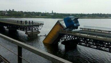 Photo of Под грузовиком обрушился мост через водохранилище: авто зависло на краю