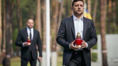 Зеленский почтил память жертв коммунистических репрессий | Корабелов.ИНФО