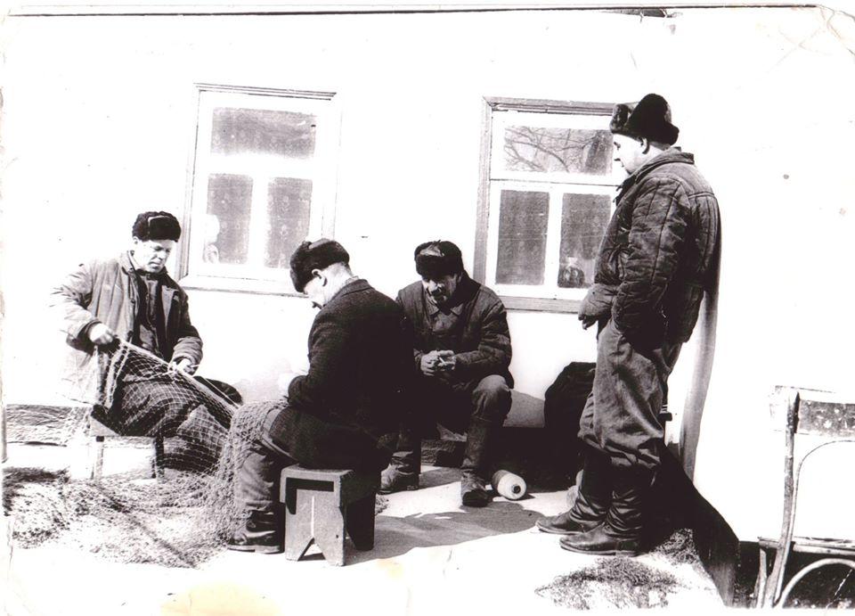 Вітовські рибалки плетуть сіті.