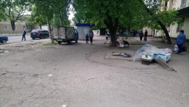 """""""стихийщики"""" возле дома по пр. Богоявленскому, 311"""