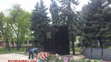 День Победы 2020 г., возложение цветов к памятнику в Корабельном районе Николаева