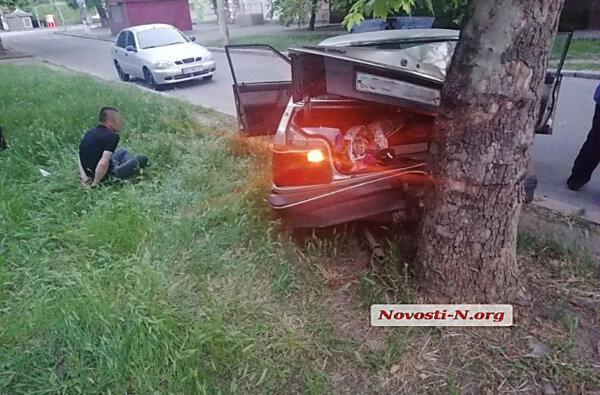В Николаеве вор, убегая на «Мазде» от погони, врезался в дерево   Корабелов.ИНФО