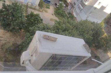 ул. Металлургов: куски обваливающейся крыши на кондиционере