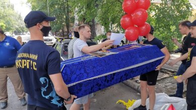 Николаевский «Нацкорпус» принес гроб и бутылку пива под офис «Партии Шария» | Корабелов.ИНФО image 1