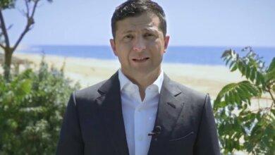 Photo of Зеленский на пляже записал поздравление с Днем Конституции (видео)