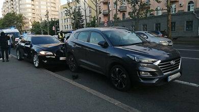 Пьяного водителя заменили на трезвого? В Николаеве BMW влетел в припаркованный Hyundai (видео) | Корабелов.ИНФО