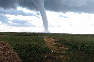 В Херсонской области во время непогоды пронеслись сразу два торнадо (видео) | Корабелов.ИНФО image 3