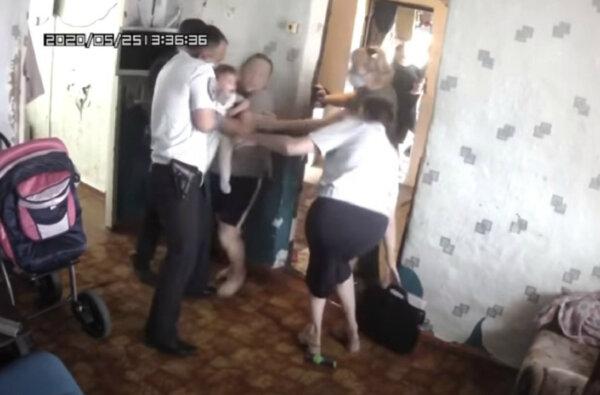 В России у многодетной матери жестко забрали детей из-за просьбы помочь с жильем (видео)   Корабелов.ИНФО