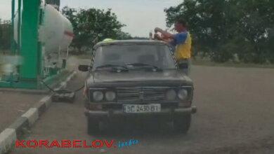 Водитель прямо на заправке выпил водки и сел за руль: как ездят в Николаеве. Видео   Корабелов.ИНФО image 2