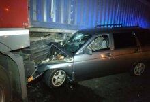 Photo of Ночью в Николаеве автомобиль такси врезался в зерновоз: двое пострадавших