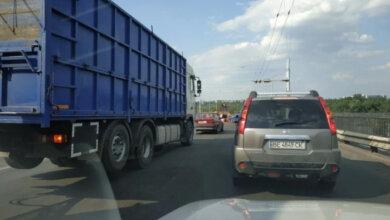 Дорожники ремонтируют Ингульский мост - образовался автомобильный затор   Корабелов.ИНФО