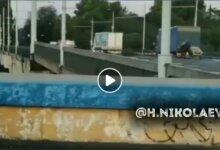 Photo of C поднятого моста соскочил мотоциклист с коляской: видео первых секунд ЧП в Николаеве