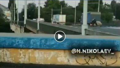 C поднятого моста соскочил мотоциклист с коляской: видео первых секунд ЧП в Николаеве | Корабелов.ИНФО