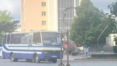 В Луцке неизвестный со взрывчаткой и оружием захватил автобус (Видео) | Корабелов.ИНФО image 1