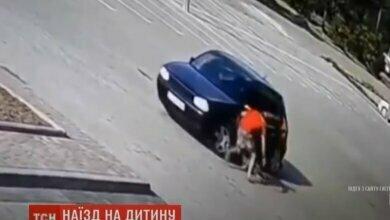 Во Львовской области автомобиль дважды наехал на ребенка. Видео 18+ | Корабелов.ИНФО