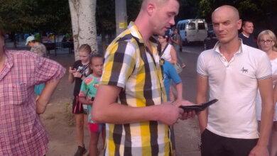 в клетчатой рубашке - пьяный водитель, чуть не въехавший в детей