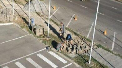 Photo of Снимают хорошую фигурную, а кладут прямоугольную: в Николаеве снова меняют плитку (Видео)