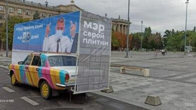 В Николаеве на серой площади появился баннер Сенкевича, который «тычет» средние пальцы | Корабелов.ИНФО