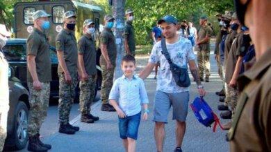 Photo of В Николаеве морские пехотинцы торжественно провели в школу сына погибшего на Донбассе военного (видео)