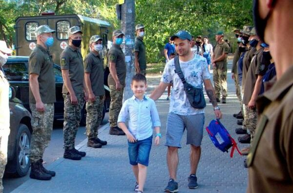 В Николаеве морские пехотинцы торжественно провели в школу сына погибшего на Донбассе военного (видео) | Корабелов.ИНФО