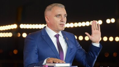 Photo of Шоу-мэр: Сенкевич поклялся на Библии, что у него нет плиточного завода