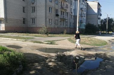 «Вонища страшная, всё течет по улице»: жители Корабельного уже 2 года мучаются от проблем с канализацией | Корабелов.ИНФО image 1