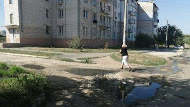 Photo of «Вонища страшная, всё течет по улице»: жители Корабельного уже 2 года мучаются от проблем с канализацией