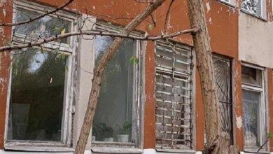 Photo of «Когда одни школы рушатся, в другие вбрасывают миллионы», — возмущенные родители в Корабельном районе (видео)