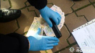 Photo of В Николаеве на взятке в 10 тысяч гривен задержали инспектора облэнерго (видео)