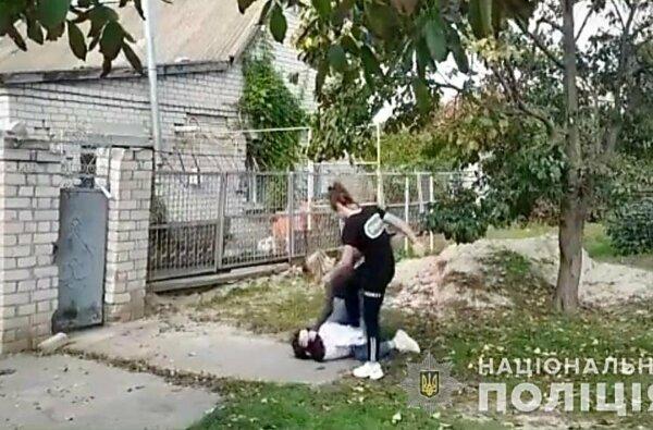 На Херсонщине школьницы под видеозапись друзей систематически избивали 12-летнюю девочку   Корабелов.ИНФО