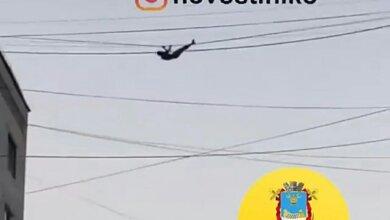 Мужчина в Николаеве по проводам перелез с крыши одного дома на соседний (Видео)   Корабелов.ИНФО