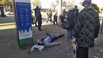 Photo of В Николаеве на проспекте человек упал без сознания: очевидцы утверждают, что «скорая» ехала полчаса