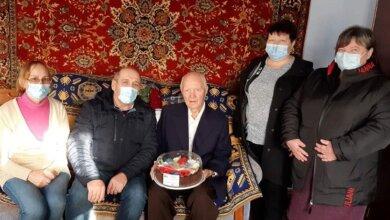 Photo of Житель Корабельного района отметил 100 лет: ему вручили подарки и благодарственное письмо