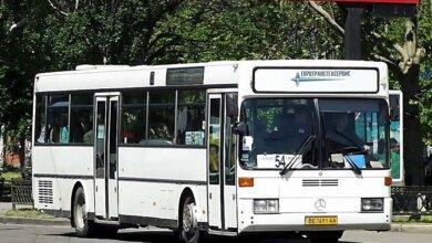В Николаеве пассажиры разбили стекло в автобусе, водитель которого отказался брать стоячих | Корабелов.ИНФО