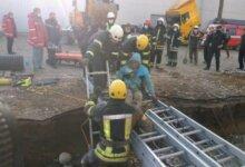 Photo of В Николаеве спустя 4 часа спасли 17-летнего рабочего, засыпанного в траншее