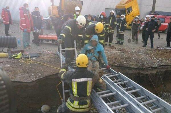В Николаеве спустя 4 часа спасли 17-летнего рабочего, засыпанного в траншее | Корабелов.ИНФО