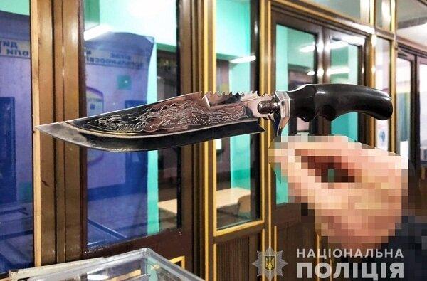 «Я лише захищаюсь», - поліція затримала чоловіка з ножем на території школи Корабельного району   Корабелов.ИНФО