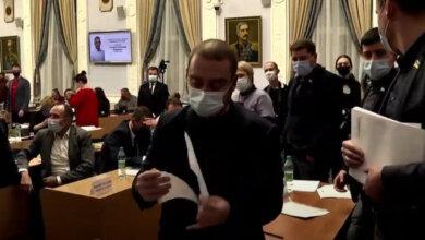Глава счетной комиссии Мартиросов разрывает второй бюллетень Сенкевича