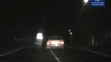 Николаевский полицейский бегом догнал уходящий от погони автомобиль (видео)   Корабелов.ИНФО