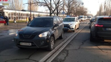 В Николаеве два пешехода с бутылкой водки попали под колеса «Черри»   Корабелов.ИНФО